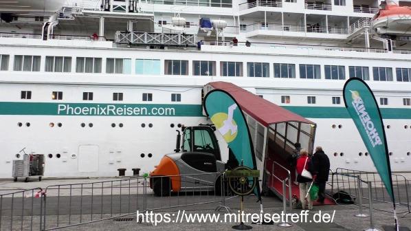 Mit Blick auf den Eingang von MS Albatros, Gäste betreten das Schiff