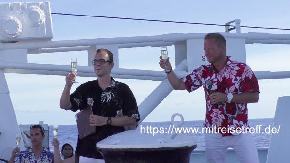 Hier auf dem Bug von MS Albatros mit Kreuzfahrtdirektoren Klaus Gruschka und Chris Schädel