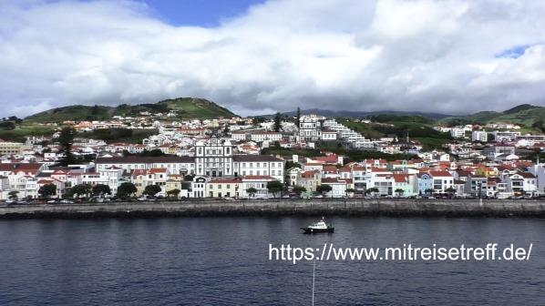 Blick vom Schiff auf die Stadtmitte von Horta