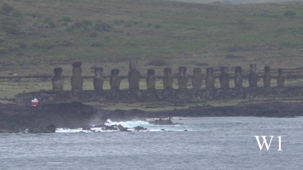 Ahu Tongariki - 100 m lang, 6 m breit sowie 4 m hoch – 15 Moais, von 5,4 m bis 14 m hoch , ein einziger Moai trägt einen Pukao