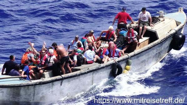 Mehrere Pitcairner befinden sich im schwankenden Langboot und verabschieden sich von ihrem Besuch auf MS Albatros