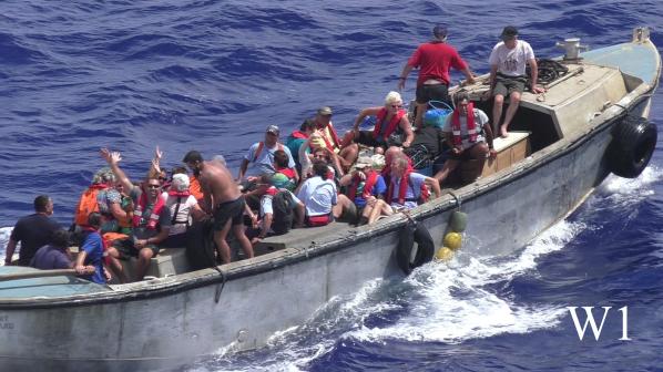 Mehrere Pitcairner  im schwankenden Langboot