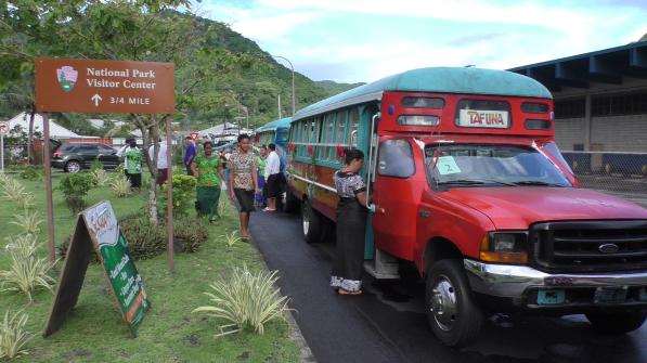 Ausflugsbusse mit Aufschrift Tafuna in Fagatoto
