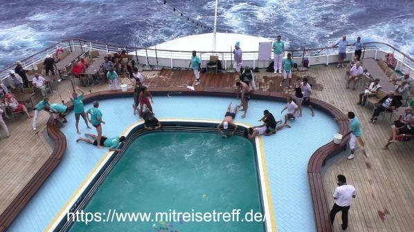 Hier Wassersport-Olympiade auf dem Pooldeck von MS Albatros