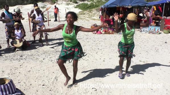 2 Afrikanerinnen führten einen Tanz auf