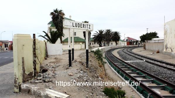 """Alter Bahnhof in Lüderitz mit Schrifttafel """"Lüderitz"""""""