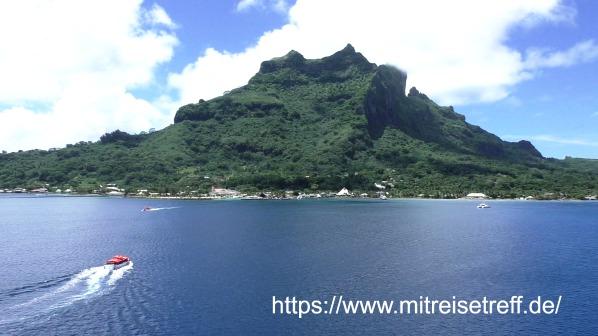 Blick vom Schiff auf den Berg