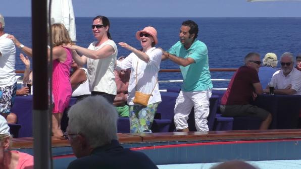 Super Stimmung auf dem Pooldeck von MS Albatros mit schunkelnden Menschen in der Südsee
