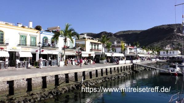 Bild auf die Häuserfront am Hafen von Mogan