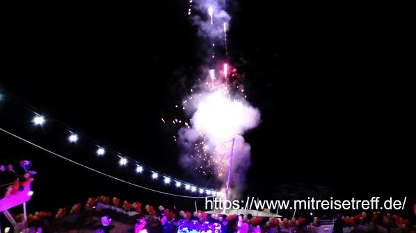Blick von oben auf das Pooldeck mit Feuerwerk