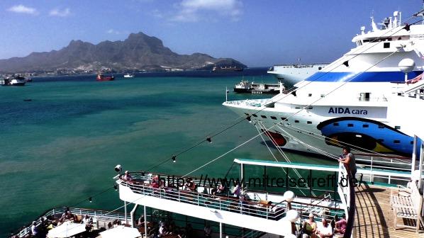 Im Hafen von Mindelo mit Blick von MS Albatros auf den Kussmund von AIDAcara