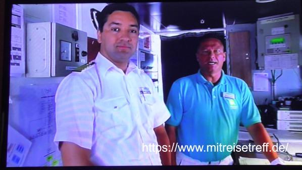 Kapitän Robert Fronenbroek und Kreuzfahrtdirektor Klaus Gruschka erklären den Motorschaden im Bordfernsehen von MS Albatros