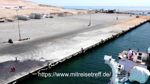 Kapitän steuert MS Albatros auf eigene Verantwortung an die Pier von Port St. Martin