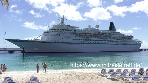 Blick vom leeren Strand Grand Turk auf MS Albatros