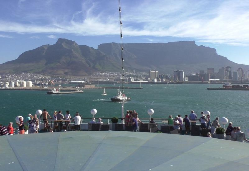 Abfahrt von Kapstadt mit schauenden Menschen von MS Albatros auf den Tafelberg