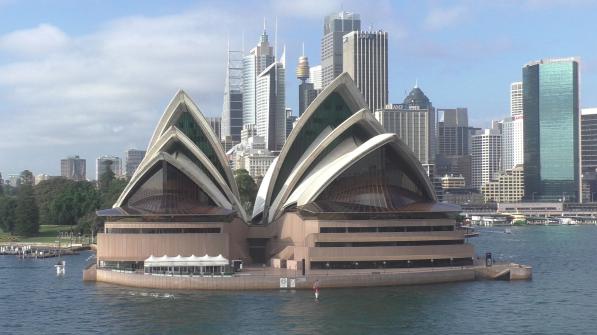 Opernhaus mit Skyline in Sydney