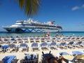 Ein Traum: Baden vor der AIDA. Die Carnival Splendor kommt von hinten, Die freien Liegen waren kostenfrei.  Grand Turk Island, Turks- u. Caicosinseln s.auch Video