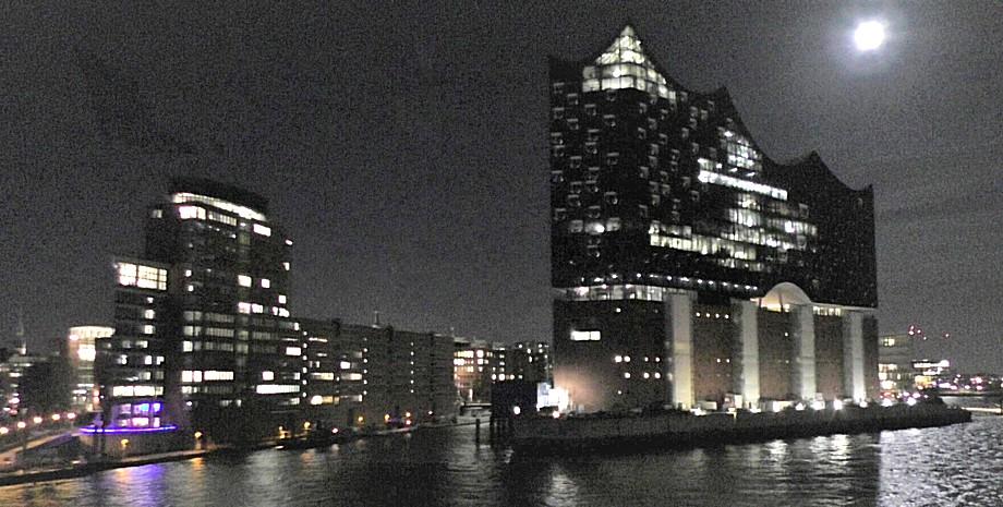 Abfahrt von Hamburg an der Elbphilharmonie vorbei