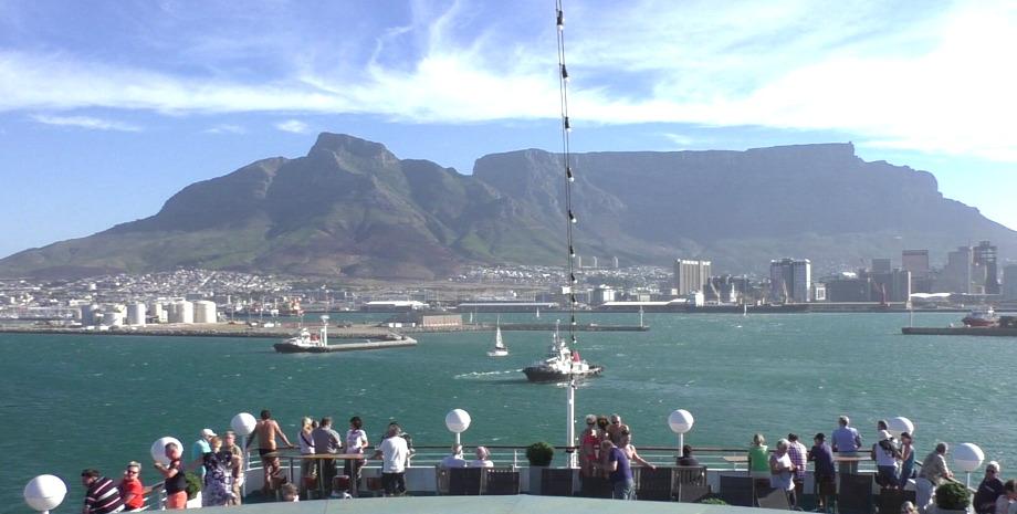Abfahrt von MS Albatros mit Blick auf den Tafelberg in Kapstadt