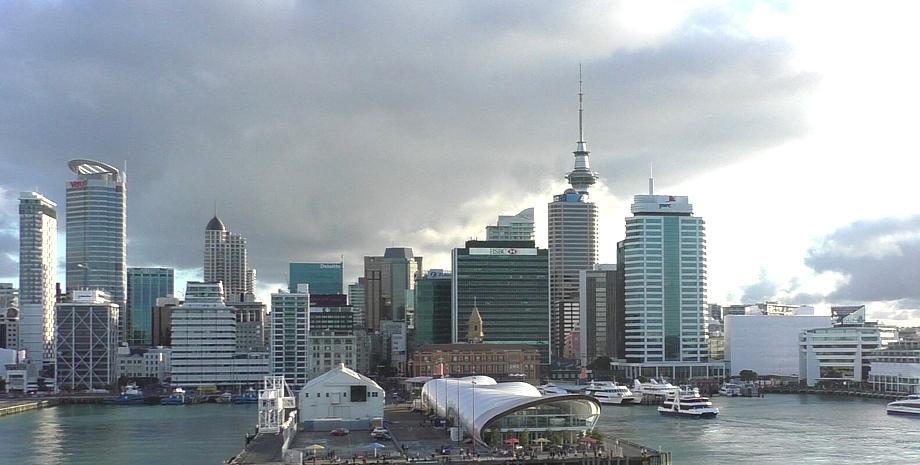 Abfahrt von Auckland mit Blick auf die Anlegestellt und Skyline von Auckland