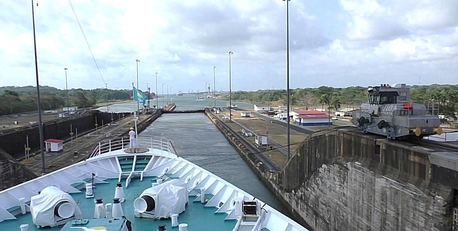 Blick von MS Albatros bei Fahrt durch den Panamakanal