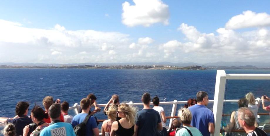 Schauende AIDA Gäste auf dem Deck bei der Anfahrt nach San Juan, Puerto Rico