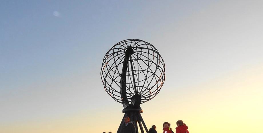 Erdkugel vom Nordkap mit begeisterten Menschen und traumhaften Wetter