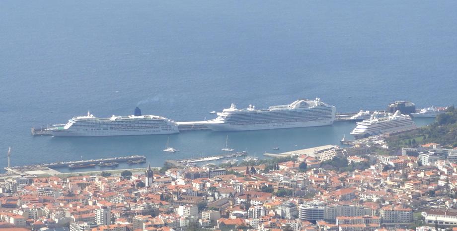 Blick vom Berg auf den Hafen von Funchal mit 3 Schiffen
