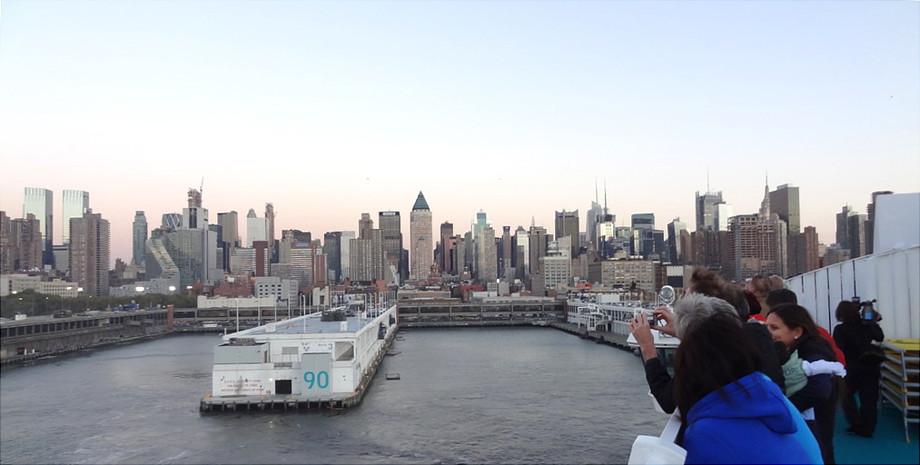 New York mit Blick vom Schiff auf die Pier 90 und die Skyline
