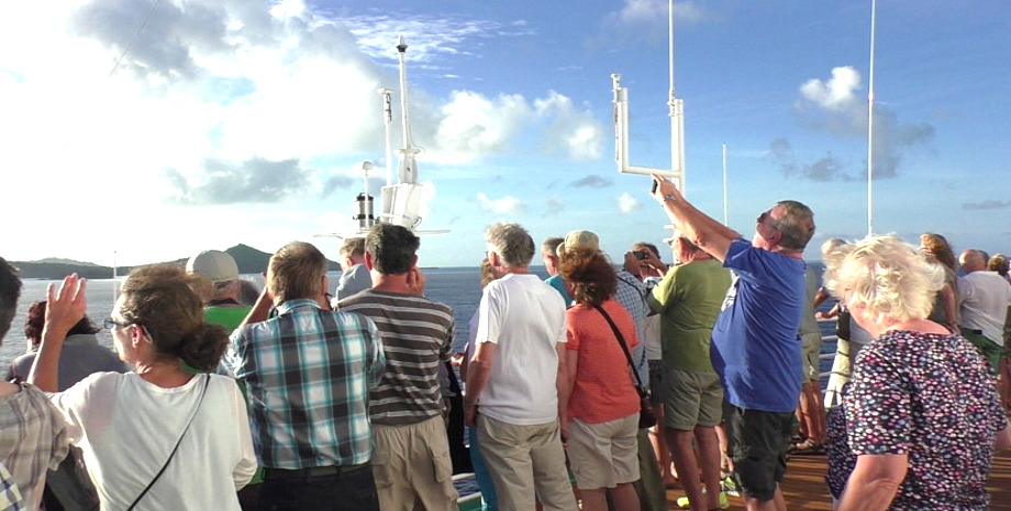 Schauende Menschen auf dem Deck bei der Anfahrt nach Bora Bora