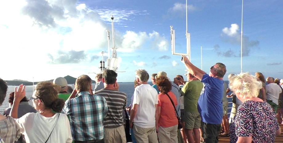 Schauende Menschen auf dem Deck von MS Albatros bei der Anfahrt nach Bora Bora