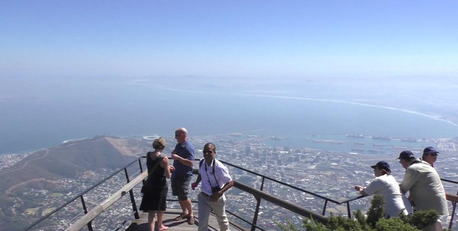 Touristen blicken vom Tafelberg auf Kapstadt